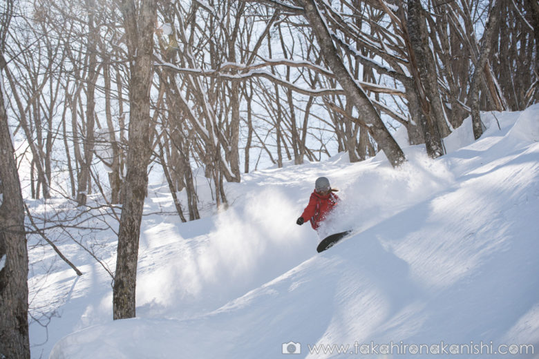 Geraldine surfing snow waves in the perfect powder of Wakaguri forest – Hakuba Norikura, Japan